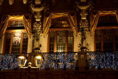 Κτήριο που ντύνεται κομψό για τα Χριστούγεννα Στοκ φωτογραφία με δικαίωμα ελεύθερης χρήσης
