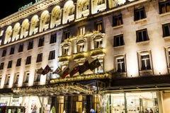 Κτήριο πολυτέλειας με τη διακόσμηση Χριστουγέννων τη νύχτα Στοκ Εικόνα