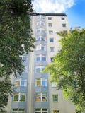 Κτήριο πολυόροφων κτιρίων δεκαετίας του '50 Στοκ εικόνες με δικαίωμα ελεύθερης χρήσης