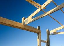 Κτήριο πόλων ζευκτόντων γκαράζ Ξυλεία, ξύλινη σύνδεση ζευκτόντων Διαμόρφωση εργοτάξιων οικοδομής Στοκ εικόνα με δικαίωμα ελεύθερης χρήσης