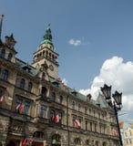 Κτήριο τμημάτων πόλεων με τις εθνικές κόκκινες και άσπρες σημαίες σε Kl Στοκ φωτογραφία με δικαίωμα ελεύθερης χρήσης