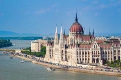 Κτήριο του Κοινοβουλίου στη Βουδαπέστη από την πλευρά στην ημέρα Στοκ Εικόνες