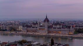 Κτήριο του Κοινοβουλίου της Βουδαπέστης Ημέρα στο νυχτερινό σφάλμα απόθεμα βίντεο