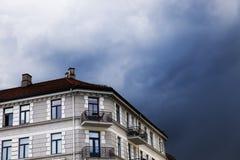 Κτήριο του Όσλο και σκοτεινά σύννεφα Στοκ εικόνα με δικαίωμα ελεύθερης χρήσης