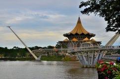 Κτήριο των Κοινοβουλίων κρατικών συνελεύσεων Sarawak με τη γέφυρα αρμονίας σε ολόκληρη την ανατολική Μαλαισία Kuching ποταμών στοκ φωτογραφίες
