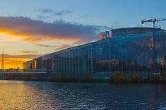 Κτήριο των Κοινοβουλίων της ΕΕ με τον ουρανό και τα σύννεφα ανωτέρω Στοκ Φωτογραφίες