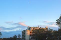 Κτήριο των Κοινοβουλίων της ΕΕ με τον ουρανό και τα σύννεφα ανωτέρω Στοκ φωτογραφία με δικαίωμα ελεύθερης χρήσης