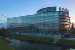 Κτήριο των Κοινοβουλίων της ΕΕ με τον ουρανό και τα σύννεφα ανωτέρω Στοκ Φωτογραφία