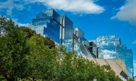 Κτήριο φιαγμένο από γυαλί με την όμορφη αντανάκλαση Στοκ φωτογραφία με δικαίωμα ελεύθερης χρήσης