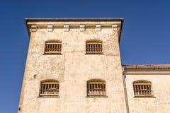 Κτήριο φυλακών με τους φραγμούς στα παράθυρα Στοκ Εικόνες