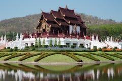 Ταϊλανδικό κτήριο ύφους στη βασιλική χλωρίδα Ratchaphruek, Chiang Mai, Tha Στοκ Εικόνα
