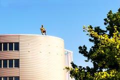 Κτίρια γραφείων με το άτομο σιδήρου στη στέγη Στοκ εικόνες με δικαίωμα ελεύθερης χρήσης