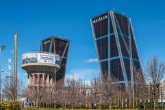 Κτίρια γραφείων πύργων KIO και Plaza της παλαιάς δεξαμενής νερού της Καστίλλης Στοκ εικόνες με δικαίωμα ελεύθερης χρήσης