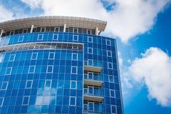 Κτίριο γραφείων - αντανακλάσεις μπλε ουρανού και σύννεφων Στοκ Φωτογραφίες