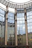 Κτίριο γραφείων αντανακλάσεων Στοκ φωτογραφίες με δικαίωμα ελεύθερης χρήσης