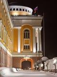 Κτίριο γραφείων με μια αψίδα και τις σημαίες Στοκ Εικόνα