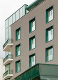 Κτίριο γραφείων με τα πράσινα παράθυρα Στοκ Εικόνες