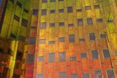 Κτίριο γραφείων με τις ζωηρόχρωμες αντανακλάσεις στα παράθυρα Στοκ εικόνες με δικαίωμα ελεύθερης χρήσης
