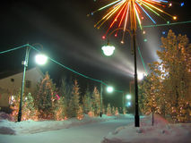 Κτίριο γραφείων. Νέο έτος. Ντυμένο χριστουγεννιάτικο δέντρο. Διακοσμήσεις Χριστουγέννων. Στοκ φωτογραφία με δικαίωμα ελεύθερης χρήσης