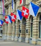 Κτίριο γραφείων πιστωτικού Suisse στην πλατεία Paradeplatz στη Ζυρίχη που διακοσμείται με τις σημαίες Στοκ Φωτογραφίες