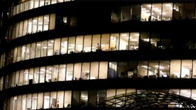 Κτίριο γραφείων που αντιμετωπίζεται βαθιά νύχτα απόθεμα βίντεο