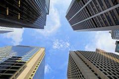 Κτίριο γραφείων στον ουρανό στοκ φωτογραφίες