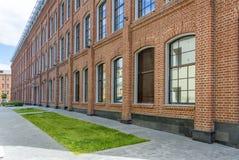 Κτίριο γραφείων στο ύφος σοφιτών μεγάλα Windows Τούβλινος τοίχος Στοκ εικόνα με δικαίωμα ελεύθερης χρήσης