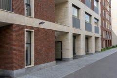 Κτίριο γραφείων στο ύφος σοφιτών μεγάλα Windows Τούβλινος τοίχος Στοκ φωτογραφία με δικαίωμα ελεύθερης χρήσης