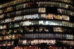 Κτίριο γραφείων του Λονδίνου που φωτίζεται τη νύχτα Στοκ Φωτογραφία