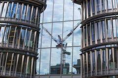 Κτίριο γραφείων του Χόλμπορν με την αντανάκλαση γερανών Στοκ Εικόνες