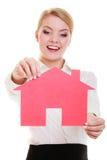 Κτηματομεσίτης επιχειρησιακών γυναικών που κρατά το κόκκινο σπίτι εγγράφου στοκ εικόνες