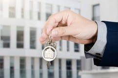 Κτηματομεσίτης με τα εγχώρια κλειδιά Στοκ εικόνα με δικαίωμα ελεύθερης χρήσης