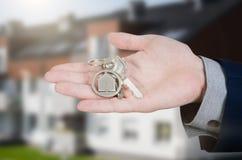 Κτηματομεσίτης με τα εγχώρια κλειδιά Στοκ Εικόνες