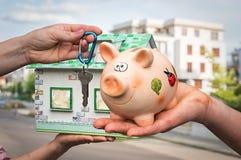 Κτηματομεσίτης που δίνει τα επίπεδα κλειδιά σε έναν νέο ιδιοκτήτη ακινήτου Στοκ εικόνα με δικαίωμα ελεύθερης χρήσης