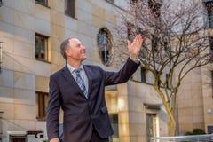 Κτηματομεσίτης που παρουσιάζει μια ιδιοκτησία Στοκ φωτογραφία με δικαίωμα ελεύθερης χρήσης