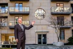 Κτηματομεσίτης που παρουσιάζει μια ιδιοκτησία Στοκ Εικόνες