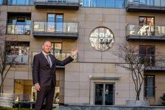 Κτηματομεσίτης που παρουσιάζει μια ιδιοκτησία Στοκ φωτογραφίες με δικαίωμα ελεύθερης χρήσης