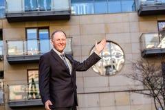 Κτηματομεσίτης που παρουσιάζει μια ιδιοκτησία Στοκ Εικόνα