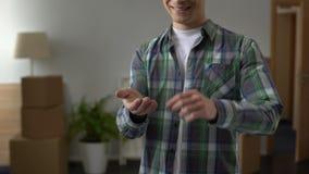 Κτηματομεσίτης που παρουσιάζει το κλειδί από το καινούργιο σπίτι στο νεαρό άνδρα, πίστωση νεολαίας απόθεμα βίντεο