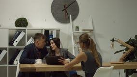 Κτηματομεσίτης συνεδρίασης του ζεύγους για την επένδυση σπιτιών απόθεμα βίντεο