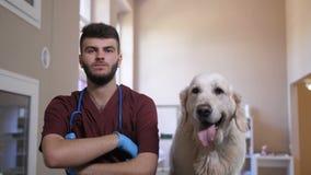 Κτηνίατρος σε ομοιόμορφο με τα όπλα χαμόγελου σκυλιών που διασχίζονται φιλμ μικρού μήκους