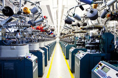 Κτυπά βίαια τις πλέκοντας μηχανές στοκ εικόνα με δικαίωμα ελεύθερης χρήσης