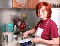 κτυπά τη γιαγιά αυγών Στοκ φωτογραφία με δικαίωμα ελεύθερης χρήσης