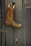 Κτυπήστε και μπότες πριν από το παλαιό ξύλινο υπόβαθρο Στοκ φωτογραφία με δικαίωμα ελεύθερης χρήσης