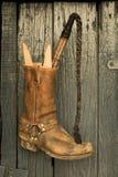 Κτυπήστε και μπότες πριν από το παλαιό ξύλινο υπόβαθρο Στοκ εικόνες με δικαίωμα ελεύθερης χρήσης