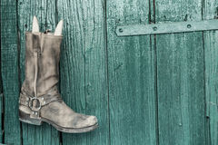 Κτυπήστε και μπότες πριν από το παλαιό ξύλινο υπόβαθρο Στοκ φωτογραφίες με δικαίωμα ελεύθερης χρήσης