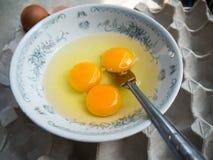Κτυπημένα ακατέργαστα αυγά με το δίκρανο στο κύπελλο Στοκ εικόνες με δικαίωμα ελεύθερης χρήσης