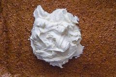 Κτυπημένη κρέμα σε ένα αφρώδες κέικ κολοκύθας σφουγγαριών Στοκ φωτογραφίες με δικαίωμα ελεύθερης χρήσης