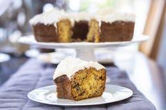 Κτυπημένο κέικ κρέμας με το φρέσκο κάλυμμα κρέμας στοκ φωτογραφία με δικαίωμα ελεύθερης χρήσης