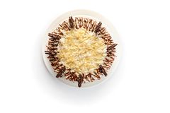 Κτυπημένο κέικ κρέμας που διακοσμείται με τα τσιπ και τη σοκολάτα αμυγδάλων στο απομονωμένο άσπρο υπόβαθρο στοκ εικόνα